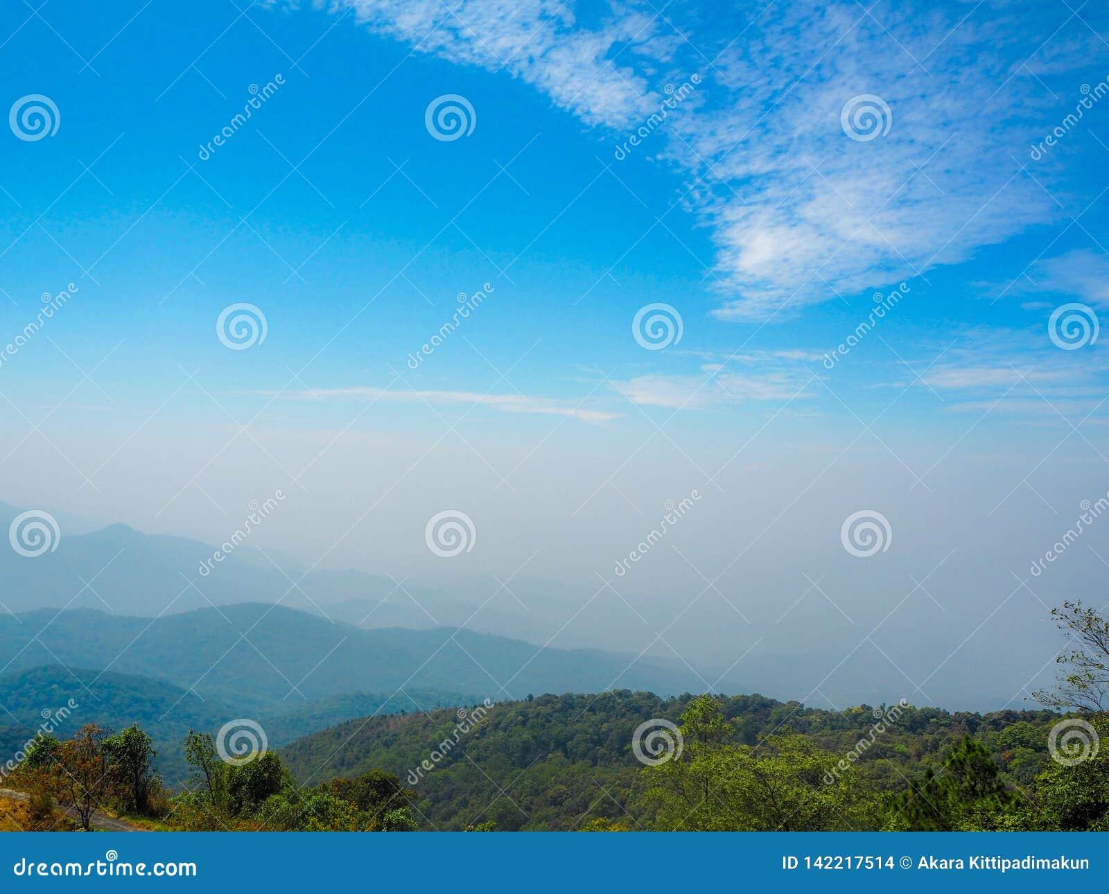 Piękny góra widok z niebieskiego nieba tłem