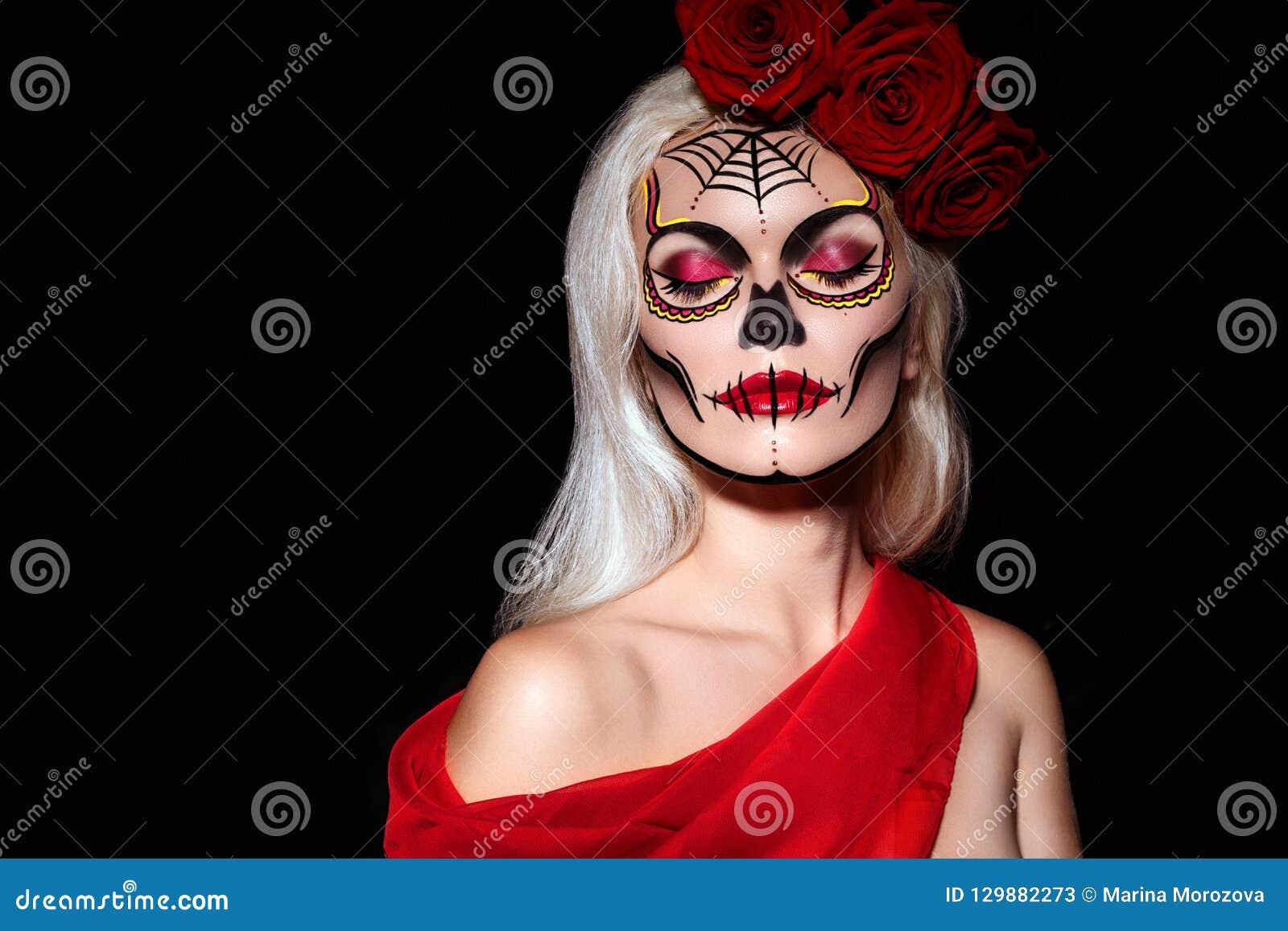 Piękny Halloweenowy makijażu styl Blondynu modela odzieży czaszki Cukrowy Makeup z Czerwonymi różami Santa Muerte pojęcie