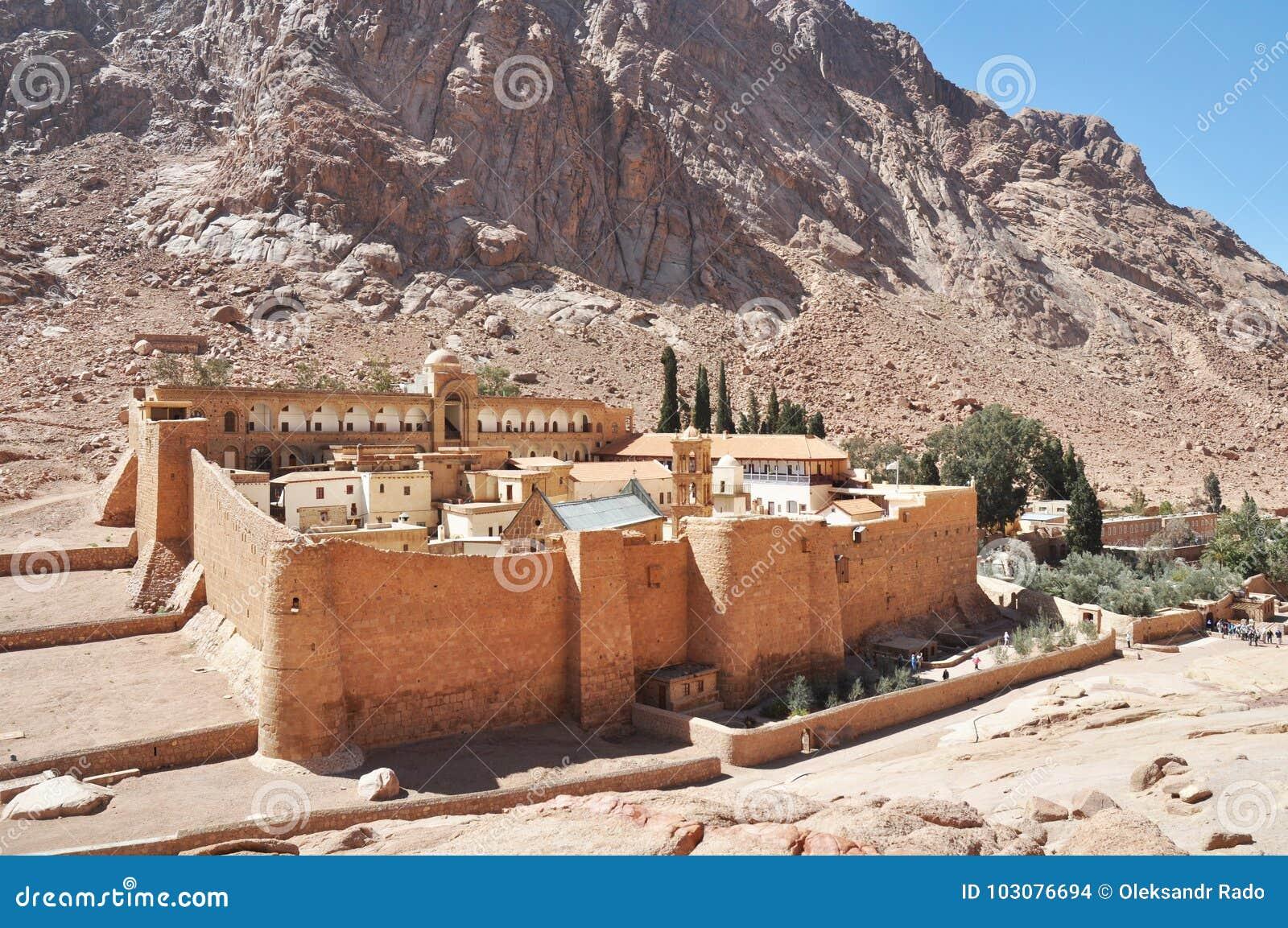 Piękny Halny przyklasztorny krajobraz w oazy pustyni dolinie Świętego Catherine ` s monaster w półwysep synaj, Egipt