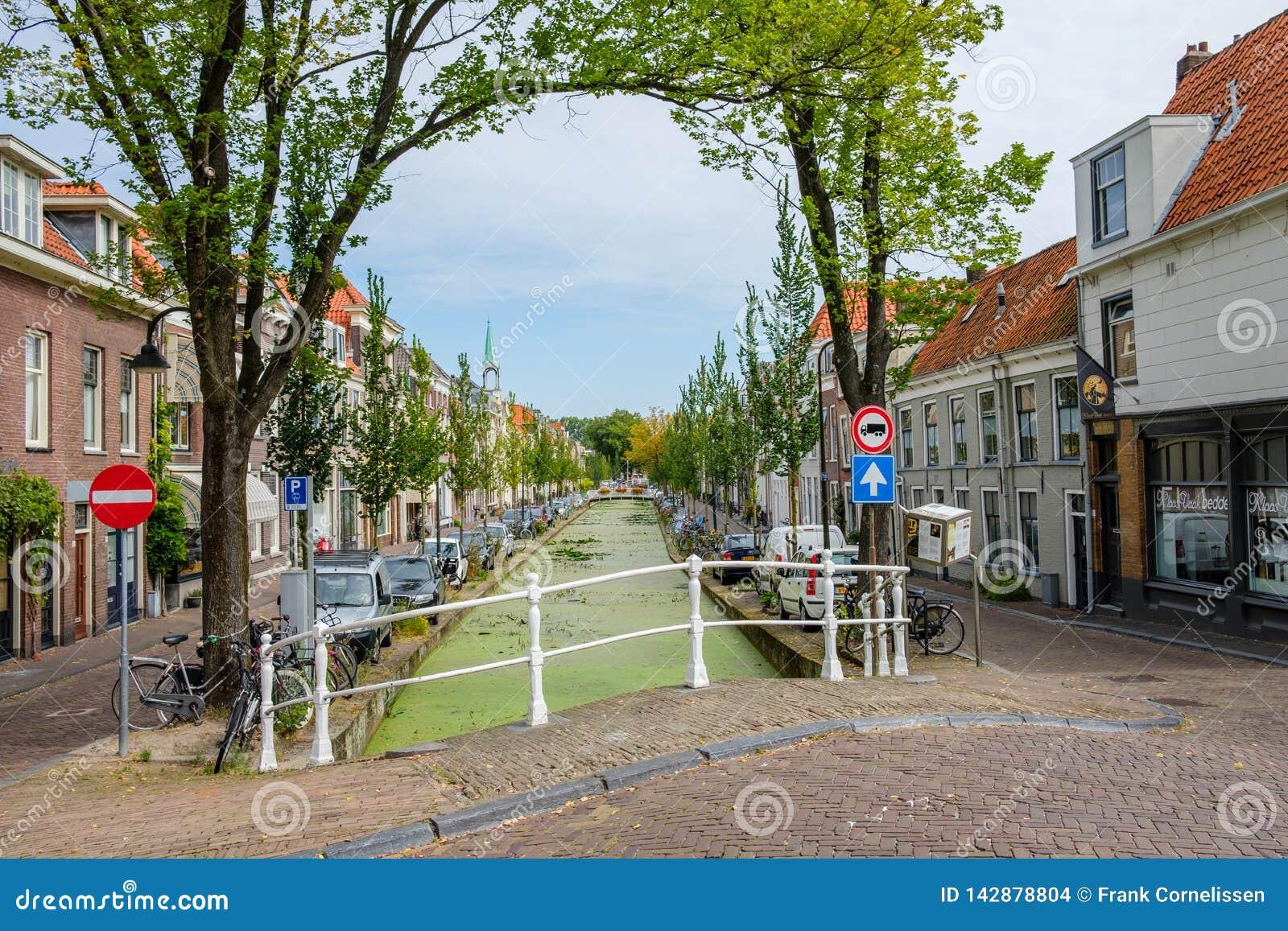 Piękny historyczny stary kanał w centrum Delft, holandie