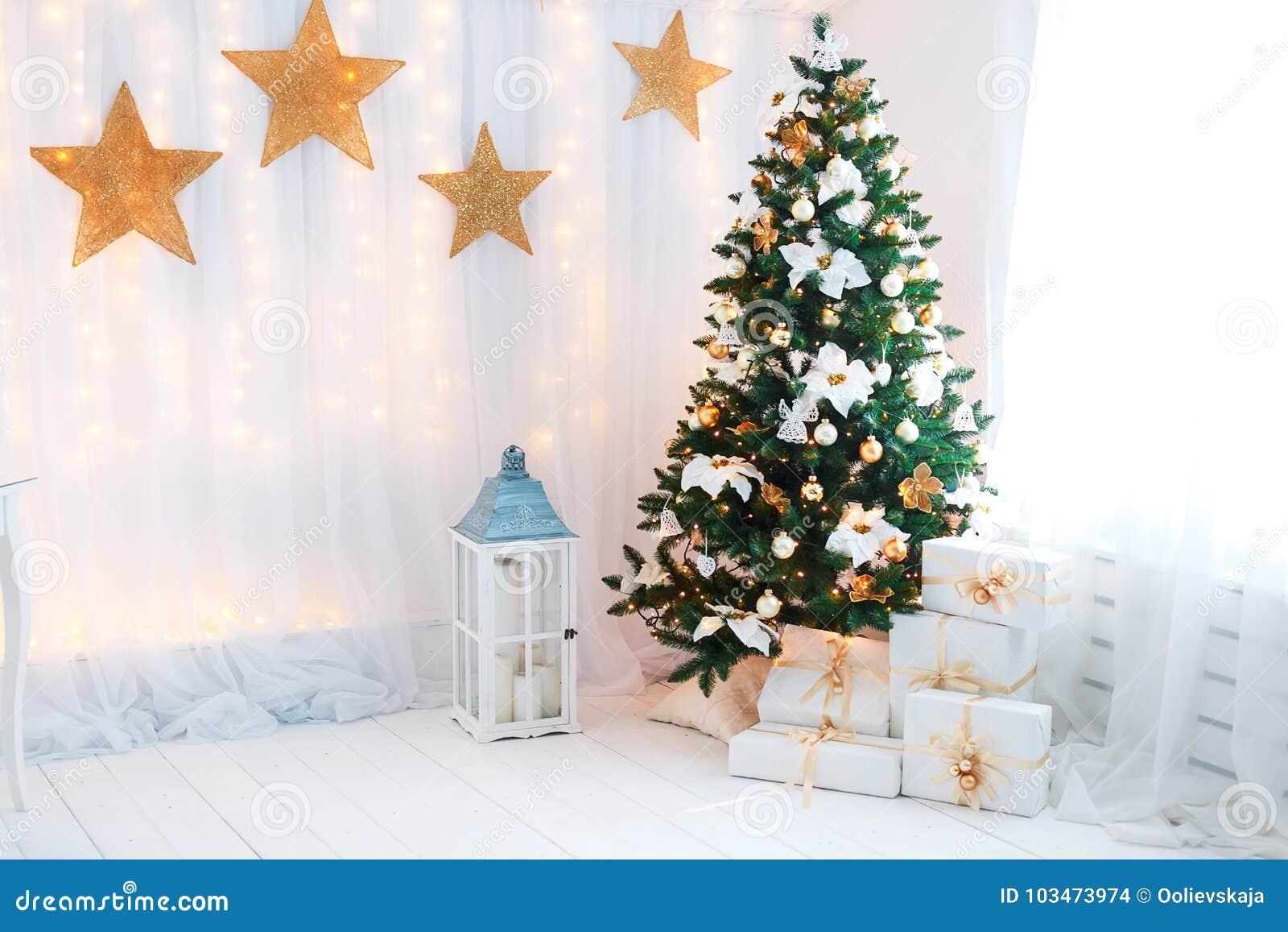 Piękny holdiay dekorujący pokój z choinką