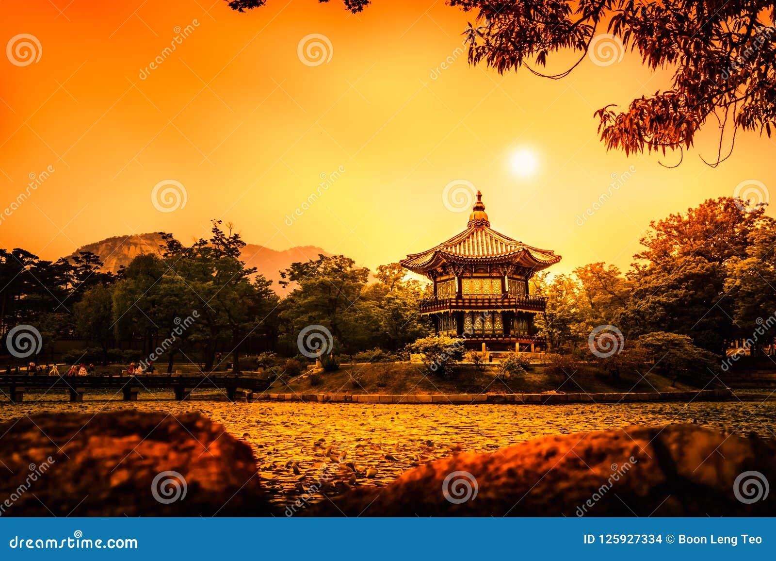 Piękny Hyangwonjeong pawilon na sztucznej wyspie - Seul