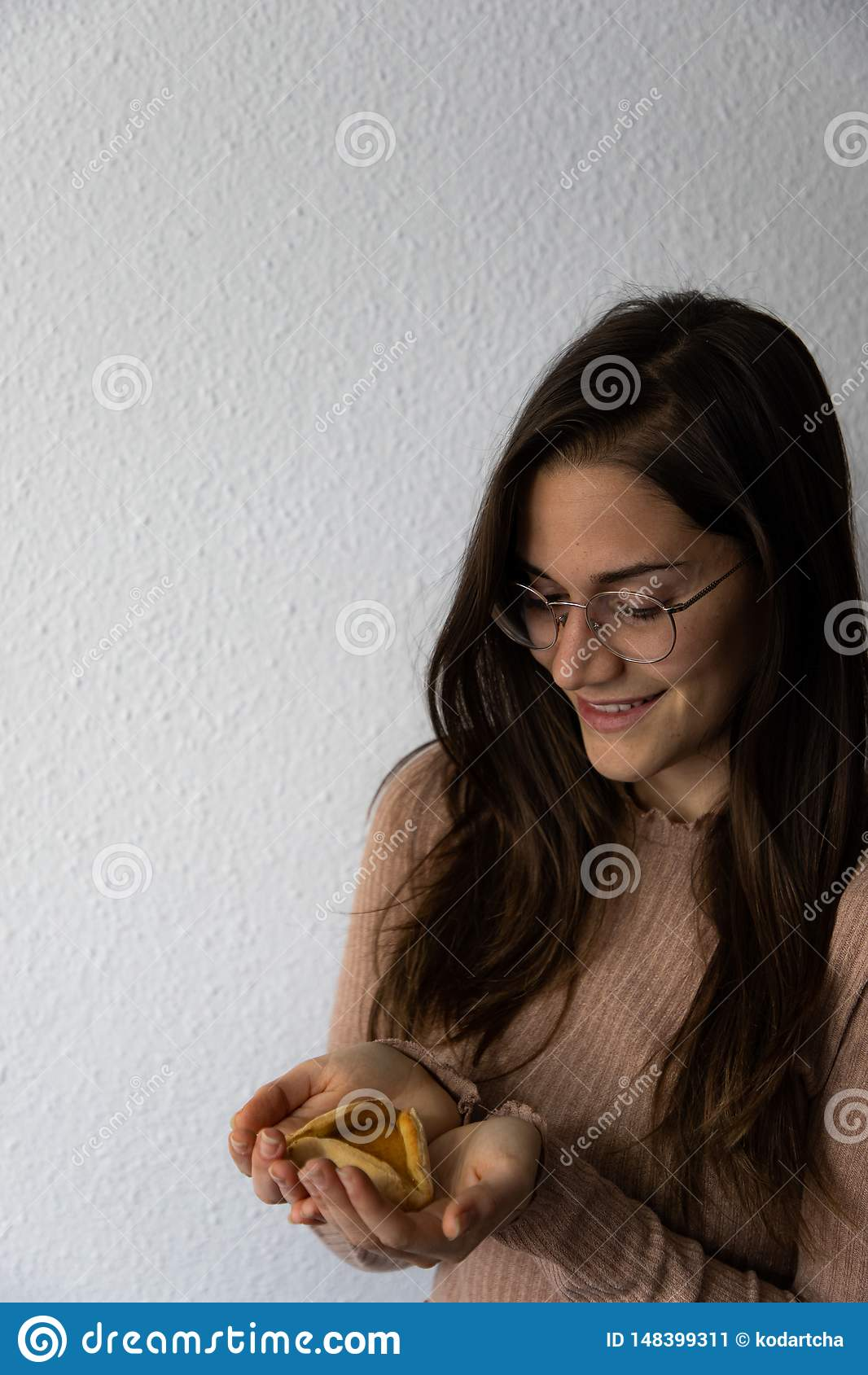 Pi?kny i szcz??liwy kobieta portreta mienia hamantash Purim moreli ciastko