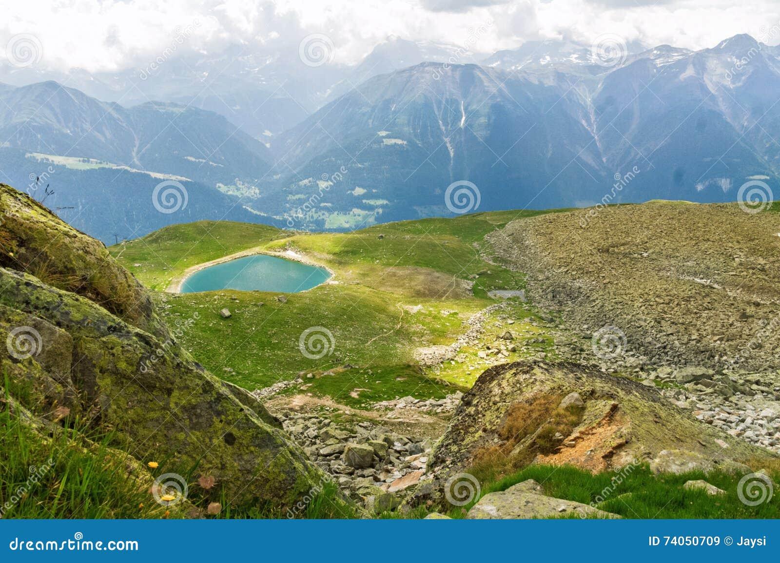 Piękny idylliczny Alps krajobraz z jeziorem i górami w lecie