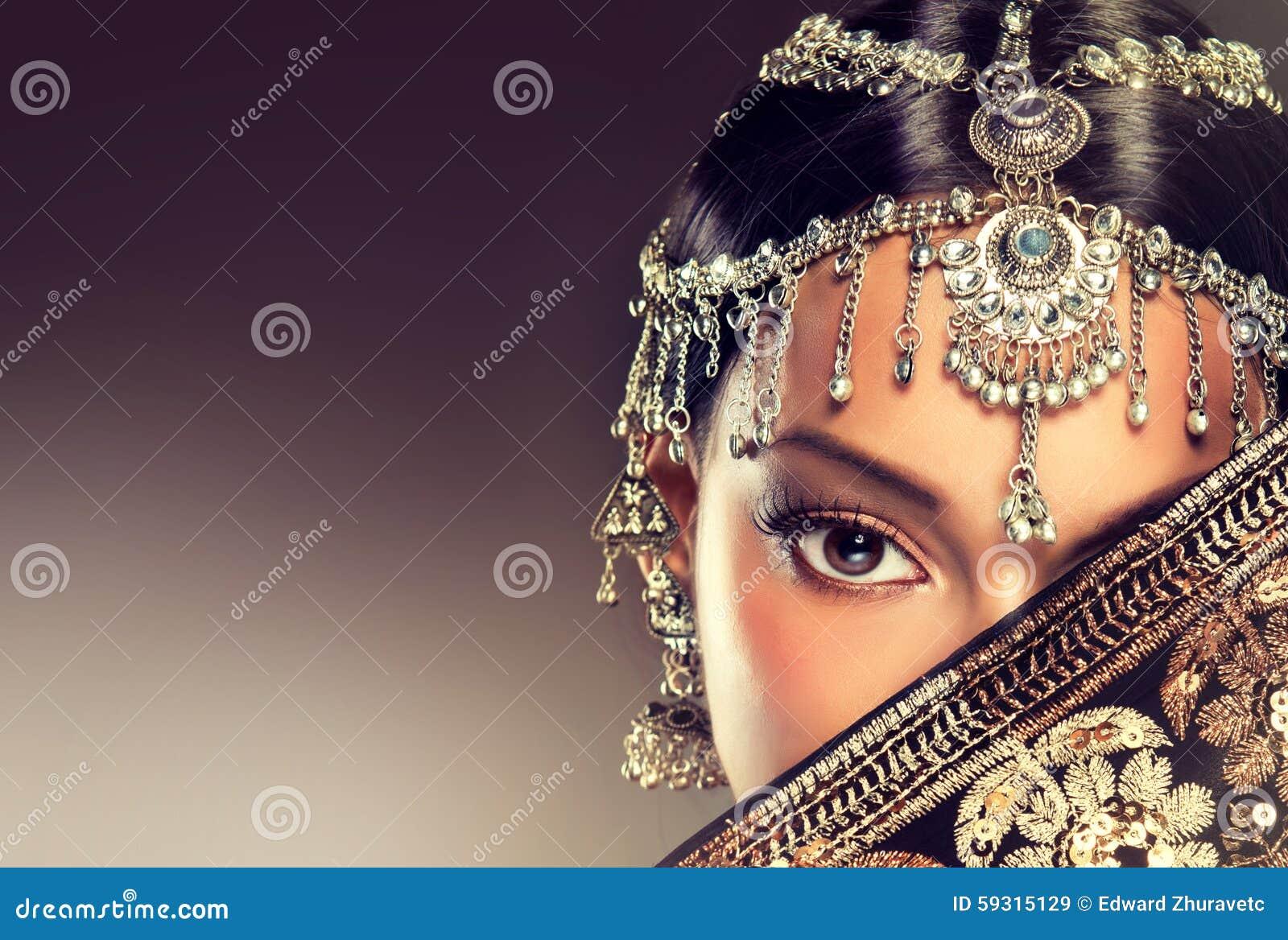 Piękny Indiański kobieta portret z biżuterią