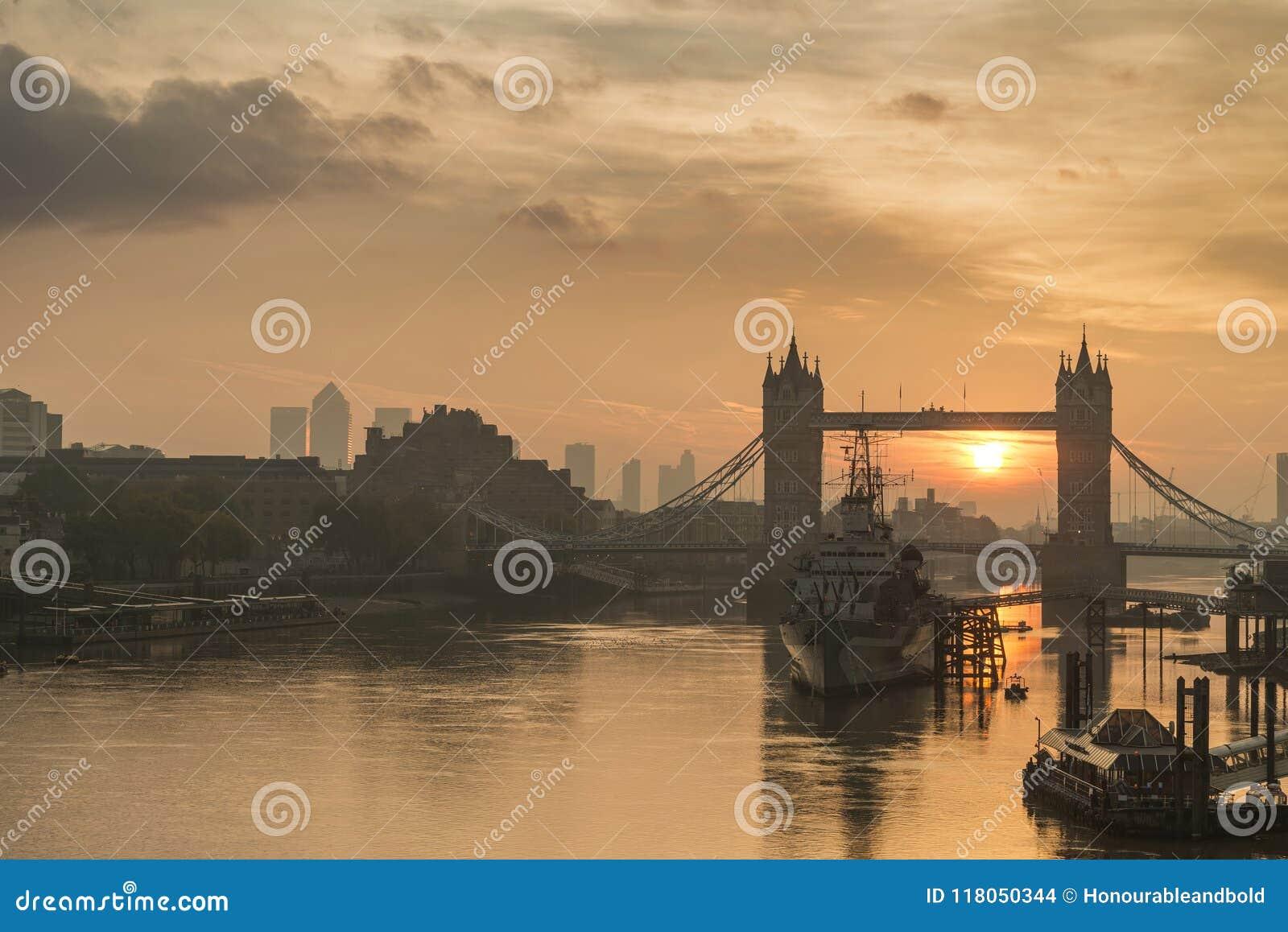 Piękny jesień wschodu słońca krajobraz wierza Bridżowy i Rzeczny Tha