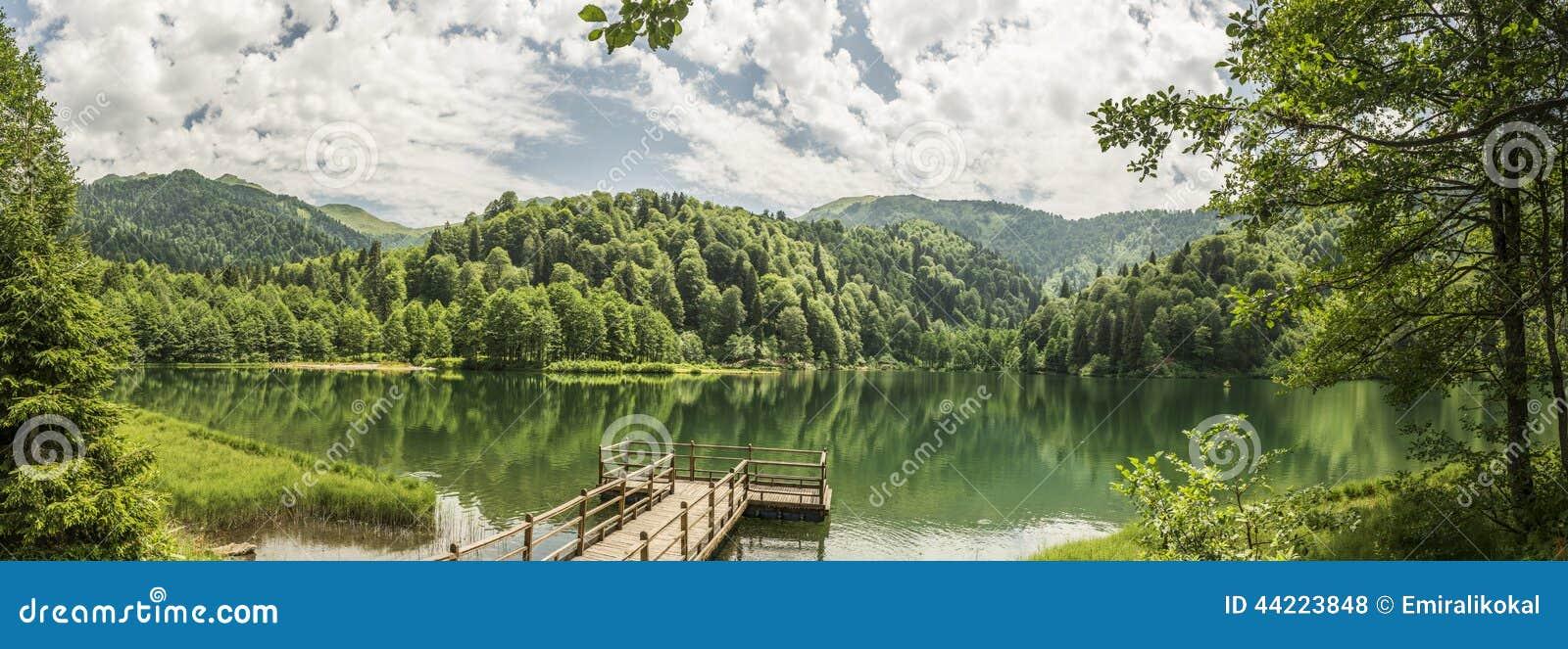 Piękny jezioro i molo