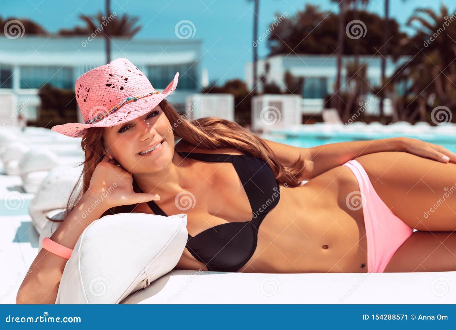 Piękny kobiety garbarstwo na plaży