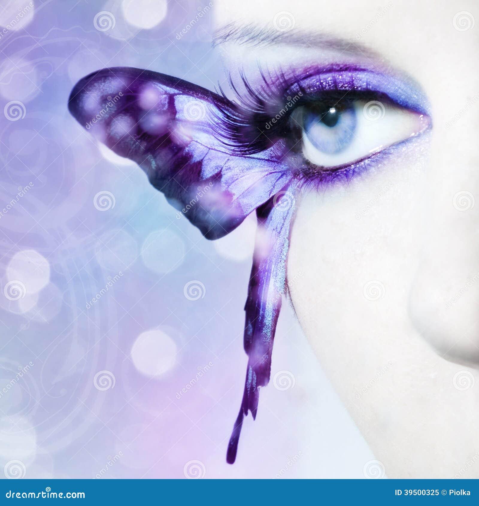 Piękny kobiety oka zakończenie up z motylimi skrzydłami