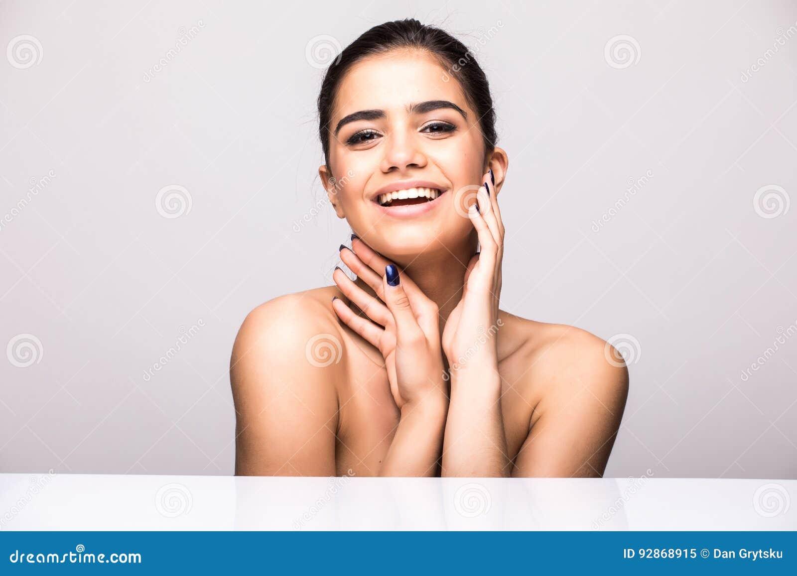 Piękny kobiety twarzy portreta piękna skóry opieki pojęcie Mody piękna model odizolowywający na popielatym