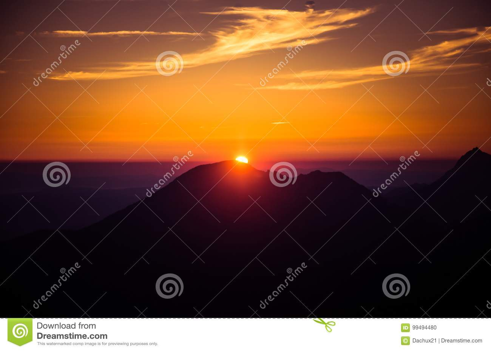 Piękny, kolorowi, abstrakcjonistyczni góra krajobraz w tajemniczej purpurze, i pomarańcze tonacja