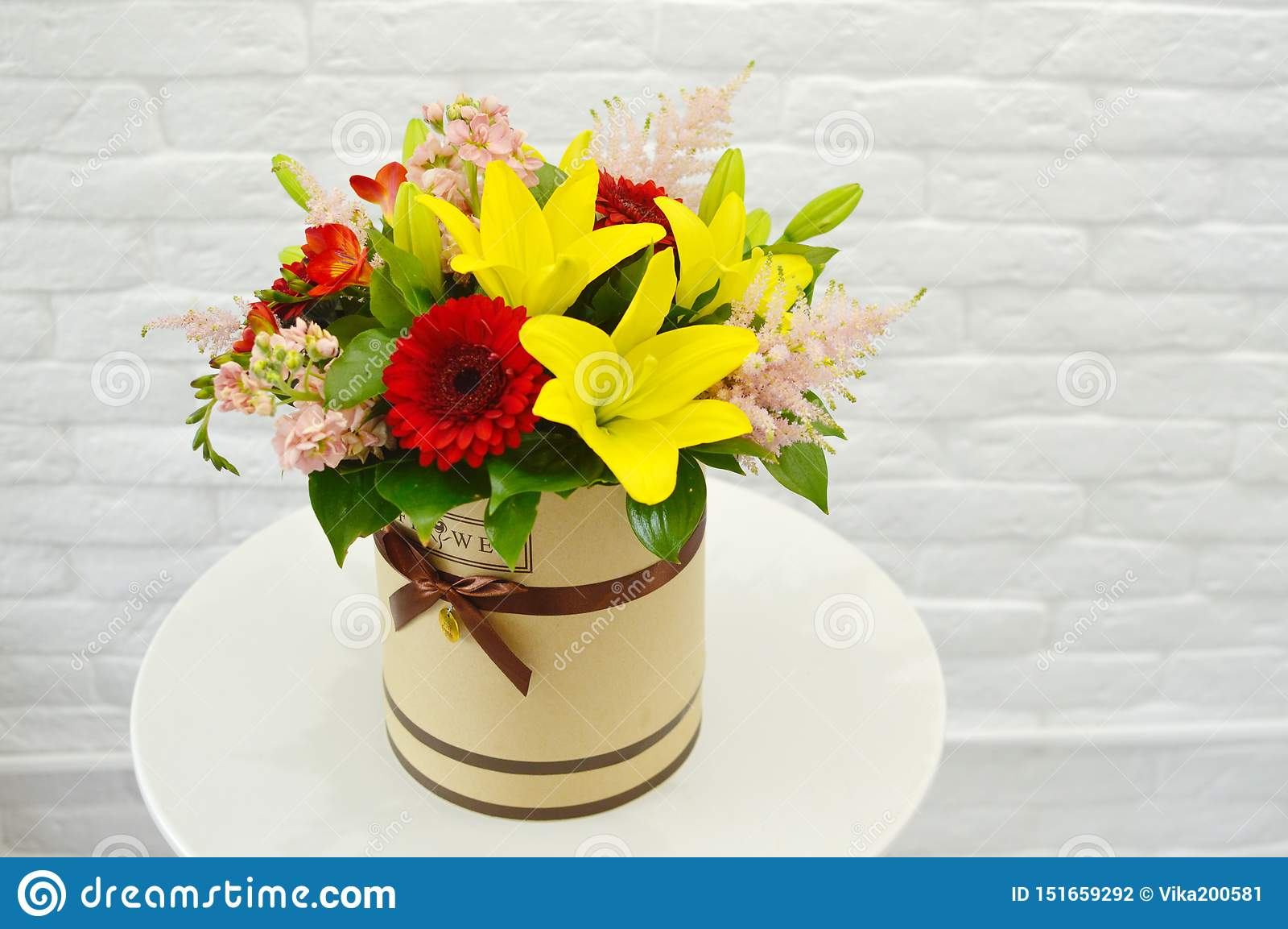 Piękny kolorowy bukiet kwiaty w kapeluszu pudełku
