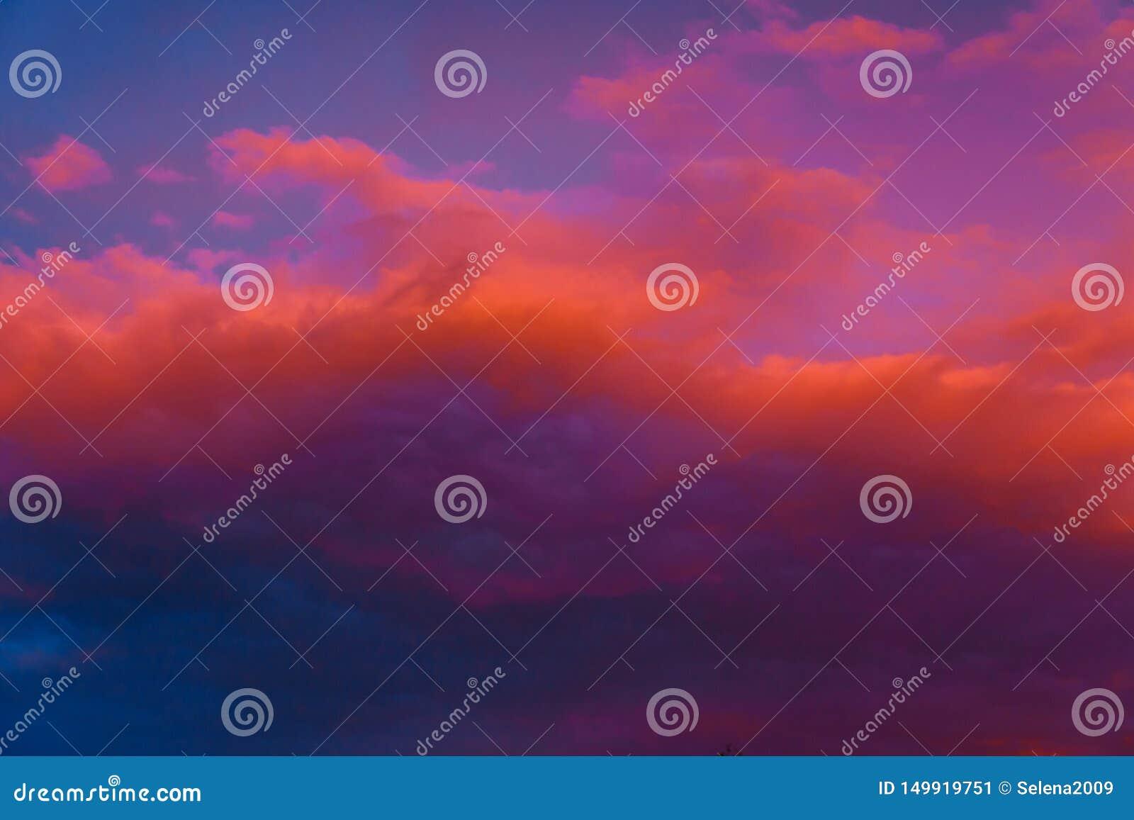 Piękny kolorowy dramatyczny niebo przy zmierzchem Cumulus chmury w wiecz?r Jaskrawy błękitny lily pomarańczowy tło