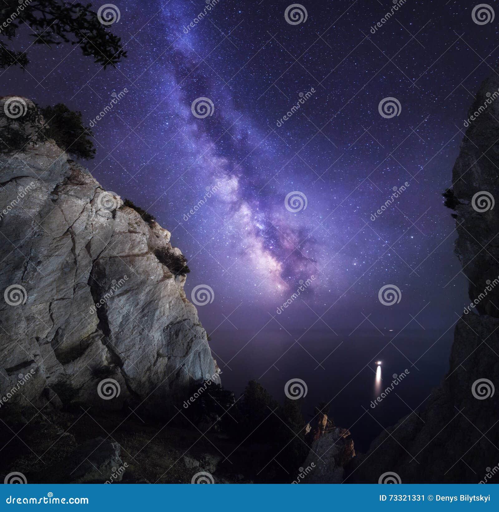 Piękny kolorowy noc krajobraz z Milky sposobu, skał, dennego i gwiaździstego niebem, duże krajobrazowe halne góry Zadziwiający ws