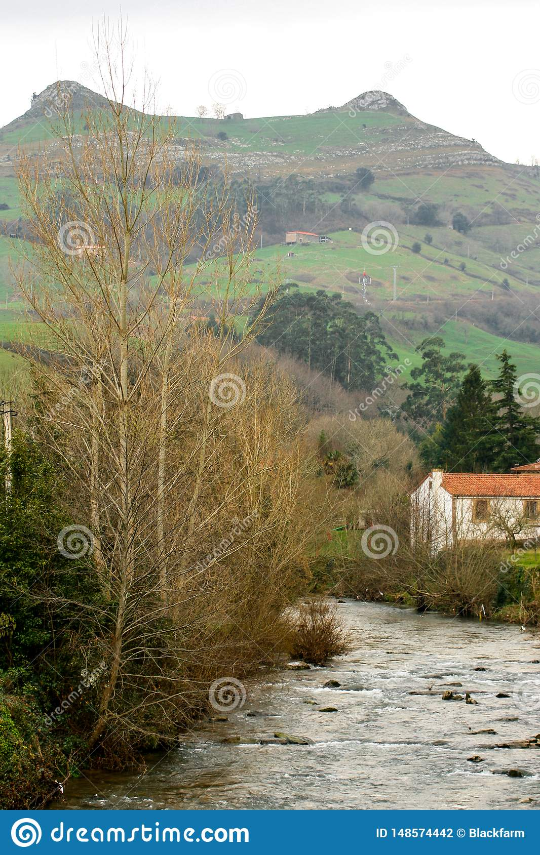 Pi?kny krajobraz Busampiro szczyty i Miera rzeka od pi?knego miasteczka Lierganes, Cantabria Lasu dos tetas