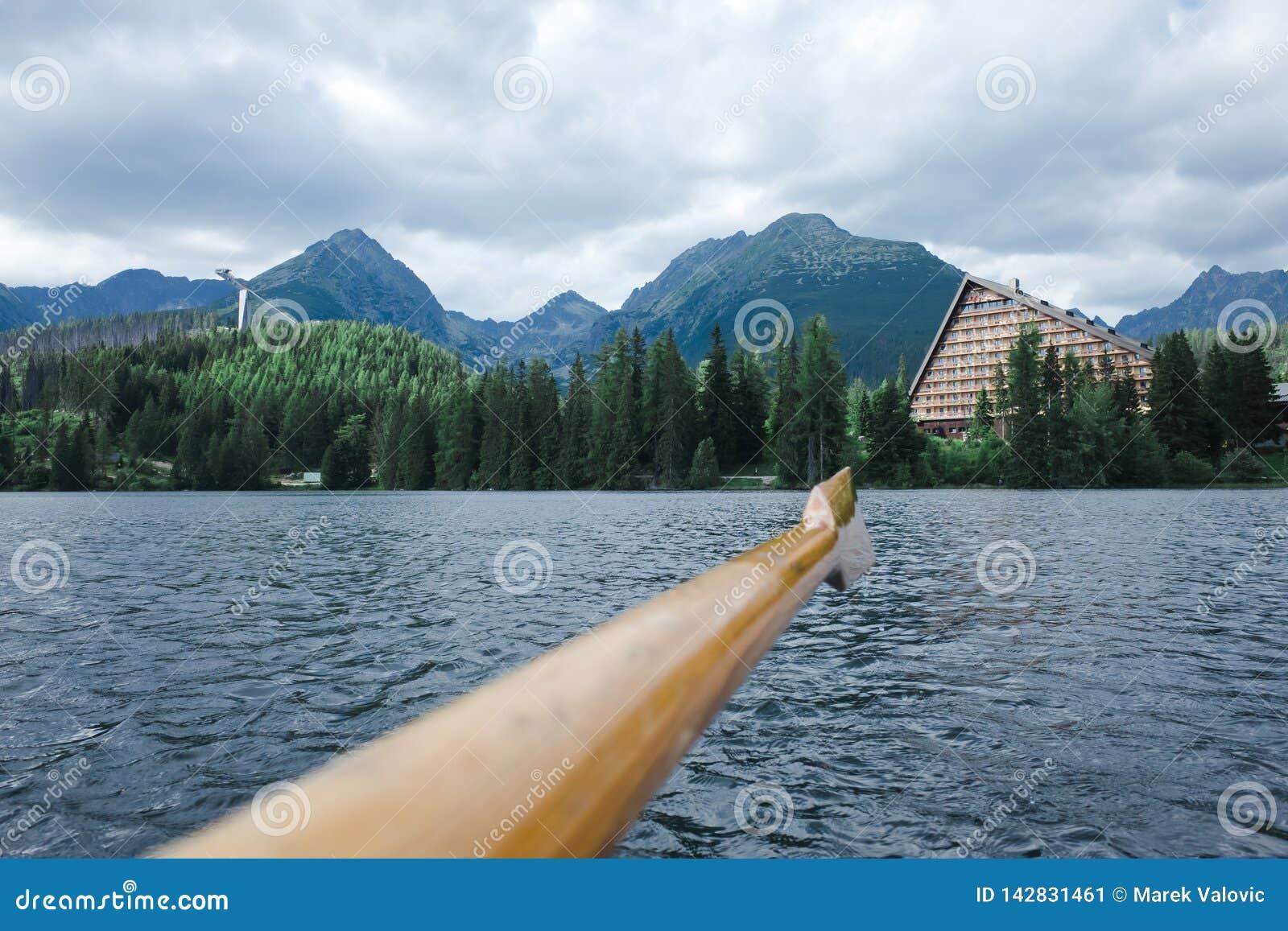 Piękny krajobraz na halnym jeziornym Strbske pleso - Wysoki Tatras w Sistani