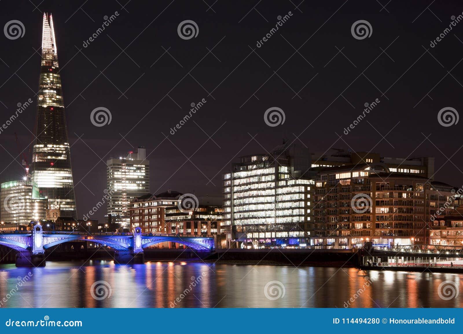 Piękny krajobrazowy wizerunek Londyńska linia horyzontu przy nocy patrzeć
