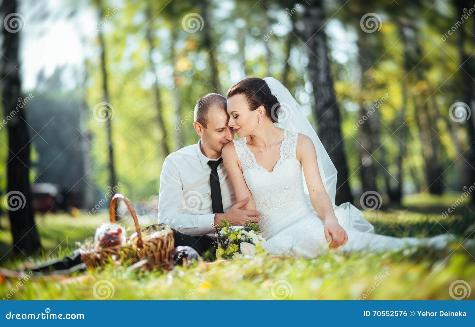 Piękny lato ślubu spacer na naturze