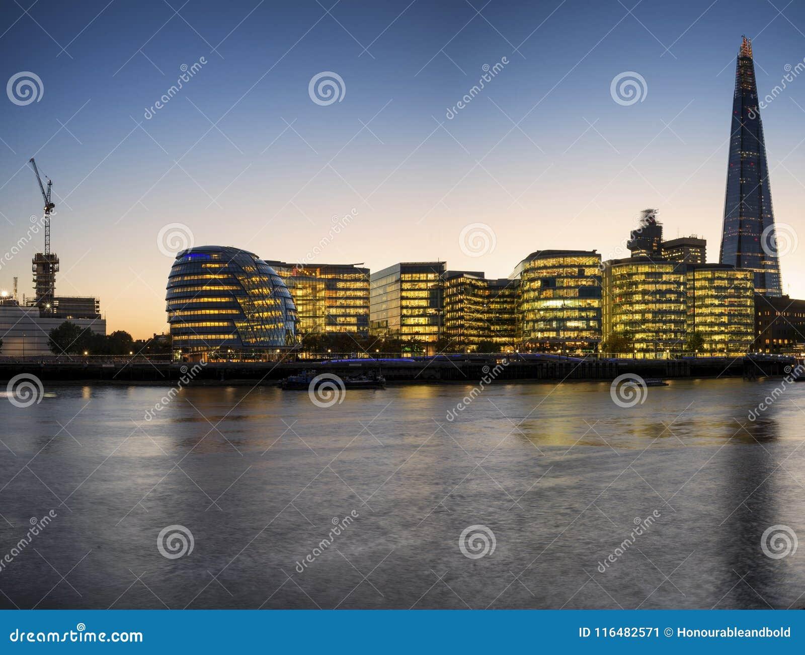 Piękny Londyński miasto linii horyzontu krajobraz przy nocą z jarzyć się ci