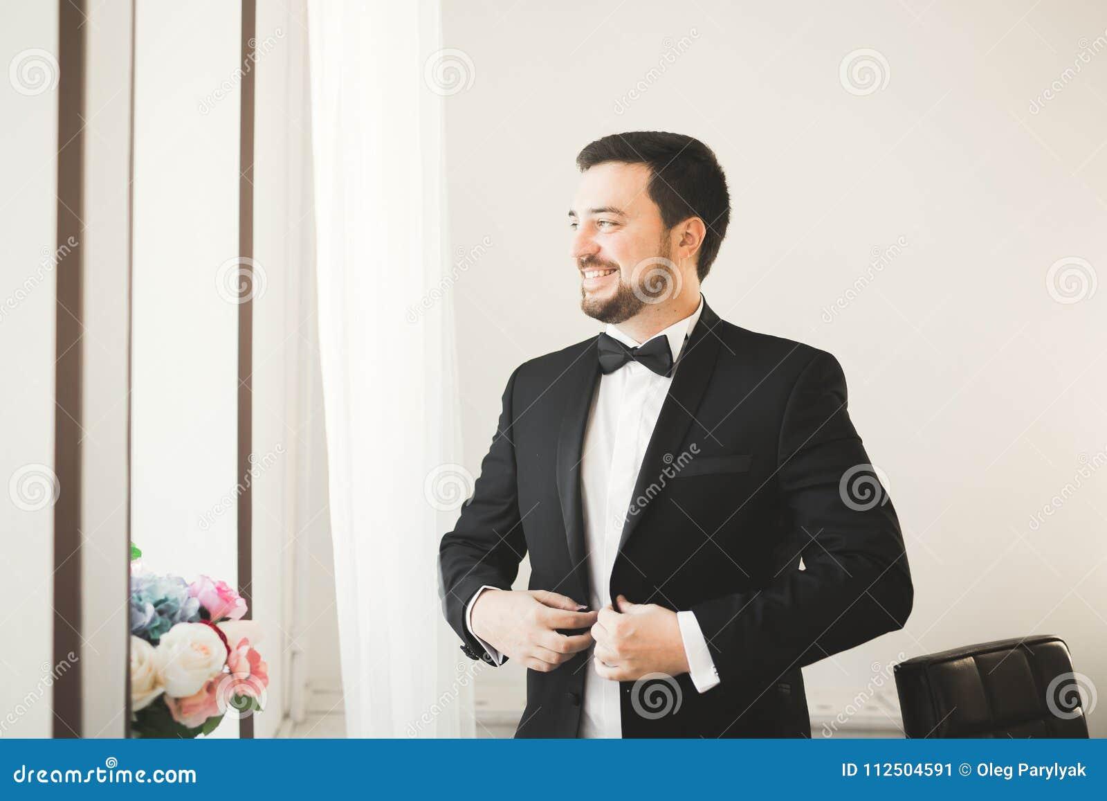 Piękny mężczyzna, fornal pozuje i przygotowywa dla poślubiać