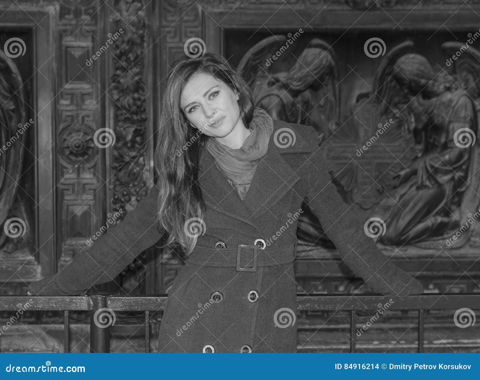Piękny młoda dziewczyna portret w mieście