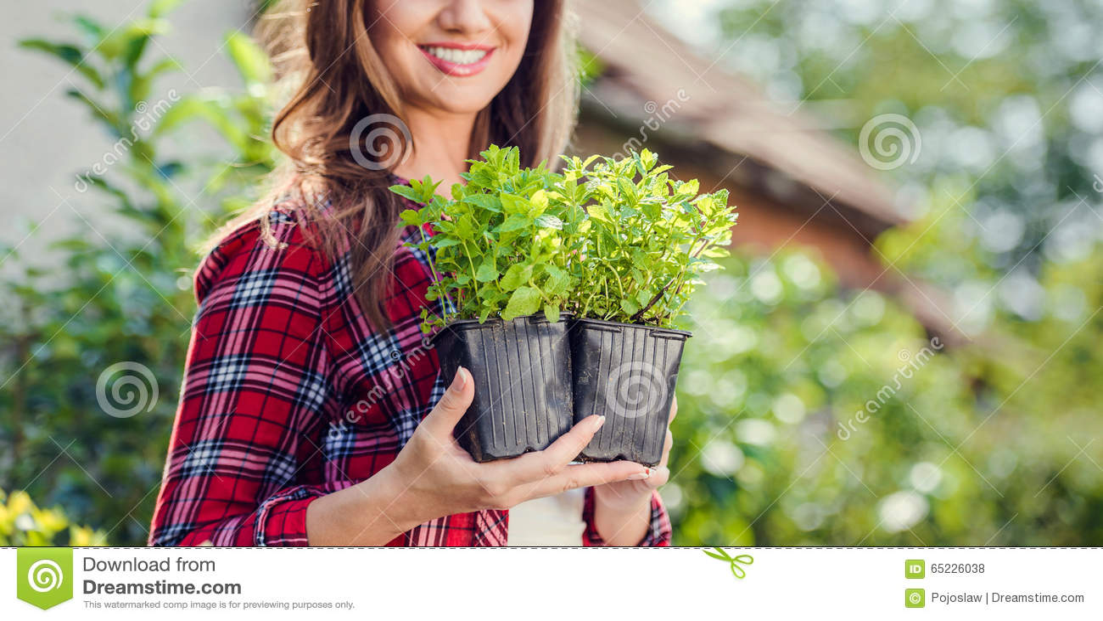 Piękny młodej kobiety ogrodnictwo