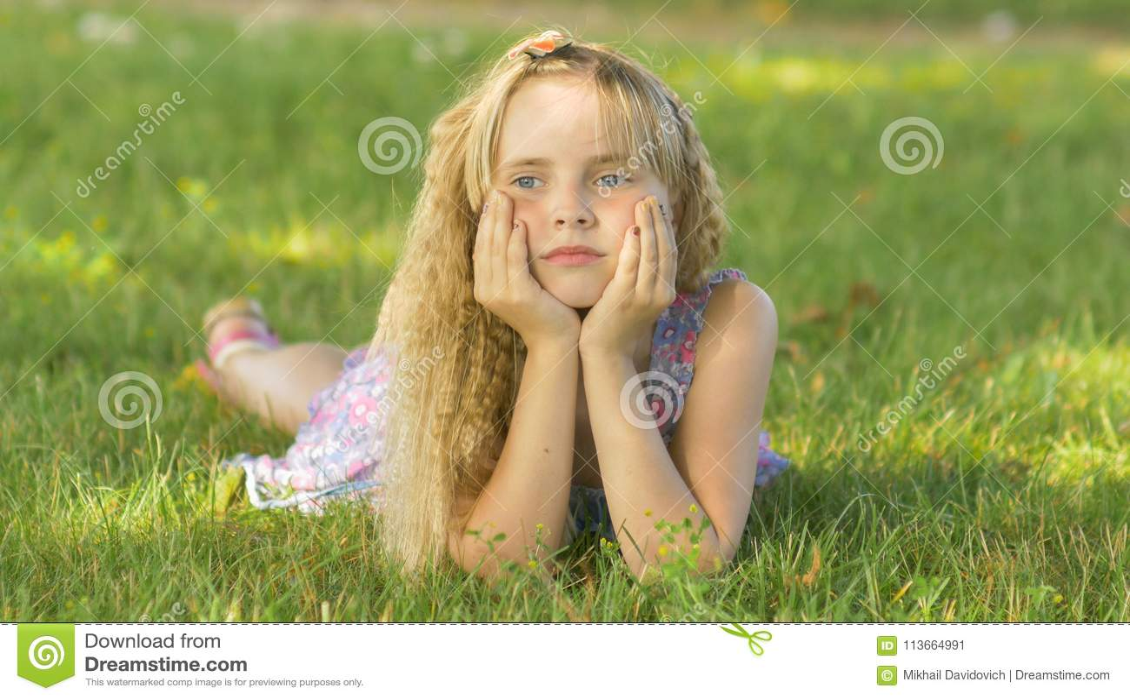 Piękny młody blondynki dziewczyny lying on the beach na polu, zielona trawa Outdoors Cieszy się naturę Zdrowy Uśmiechnięty dziewc