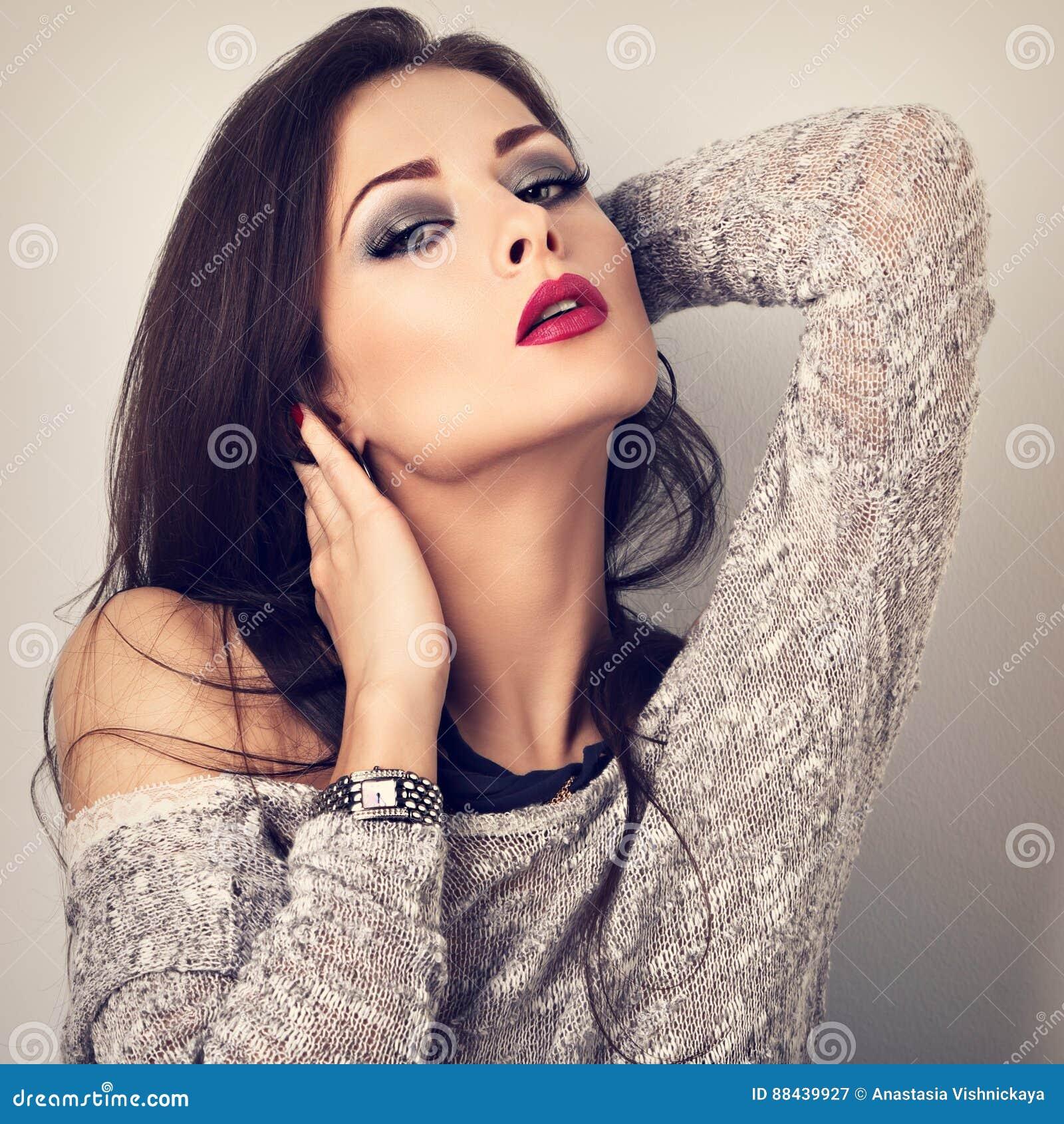 Piękny młody ekspresyjny makijażu model z długą szyją pozuje i