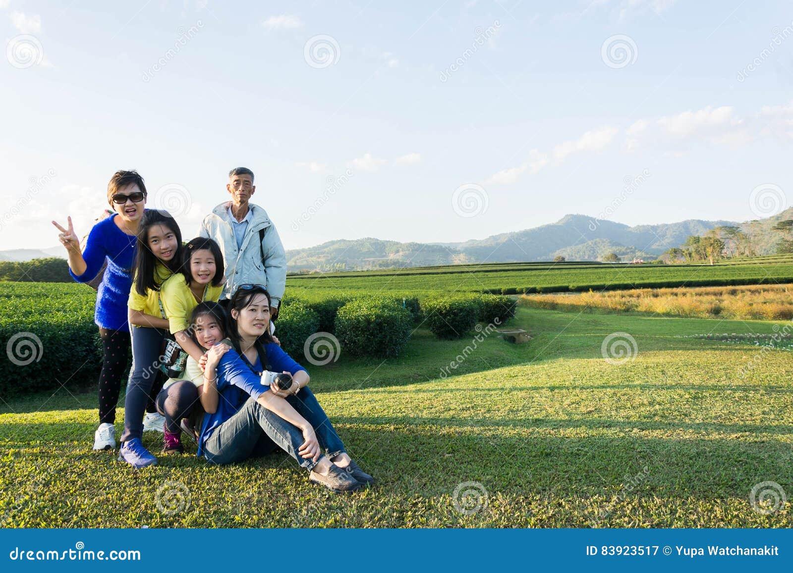 Piękny młody rodzinny portret plenerowy