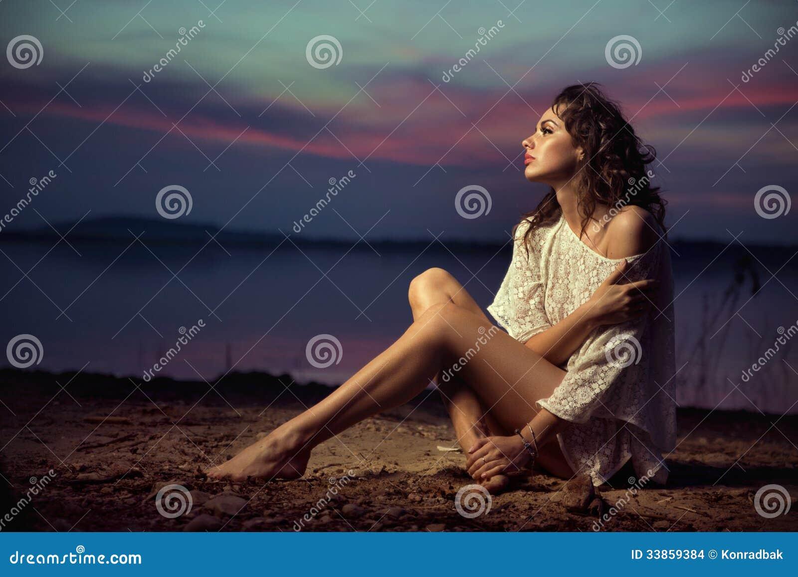 Piękny młody seksowny moda model morzem