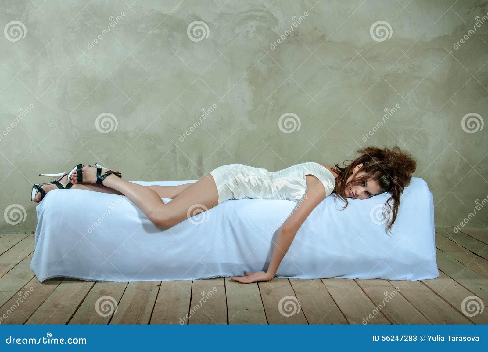 Piękny model na łóżku pojęcie złość, depresja, stres, zmęczenie