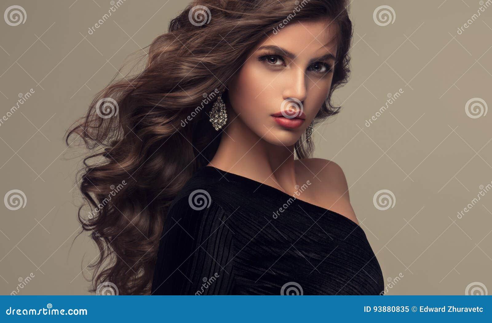 Piękny model z długą, zwartą i kędzierzawą fryzurą,
