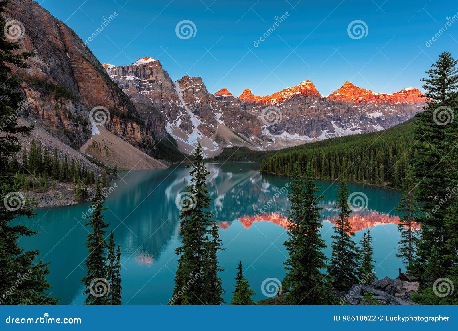 Piękny Morena jezioro przy wschodem słońca w Banff parku narodowym