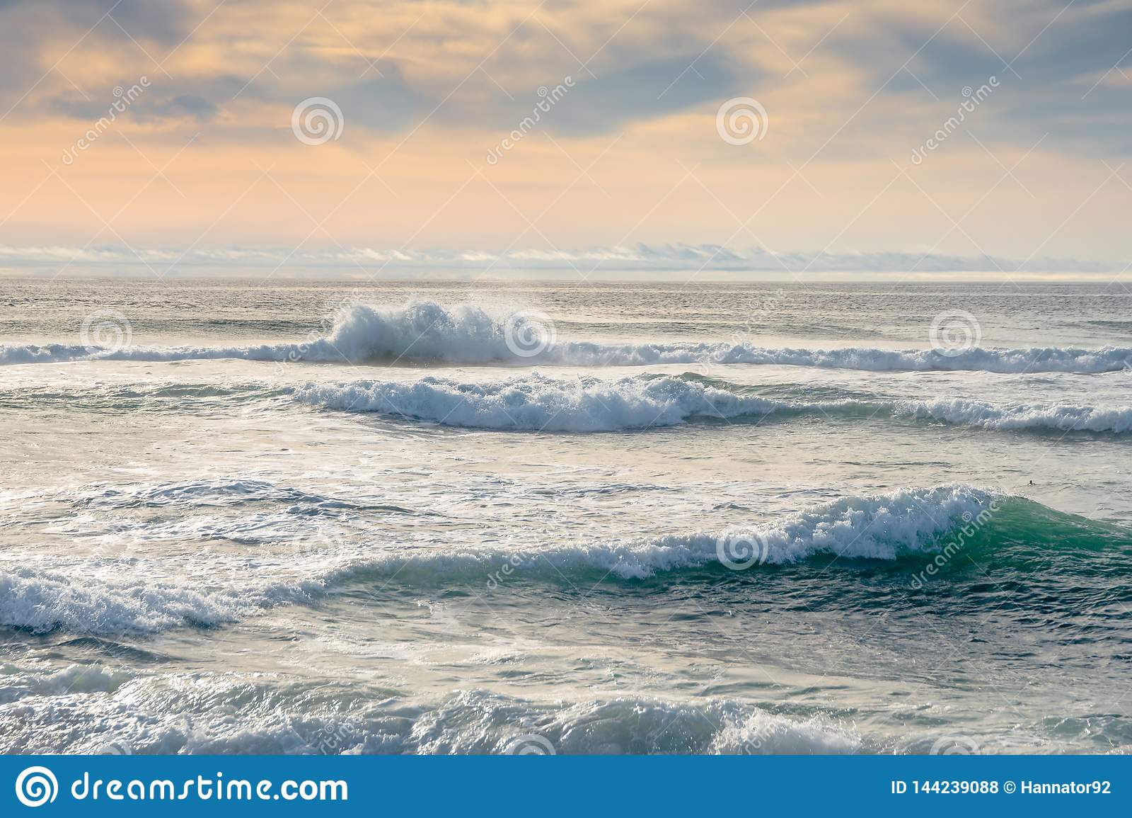 Piękny morze Z Ogromnymi falami