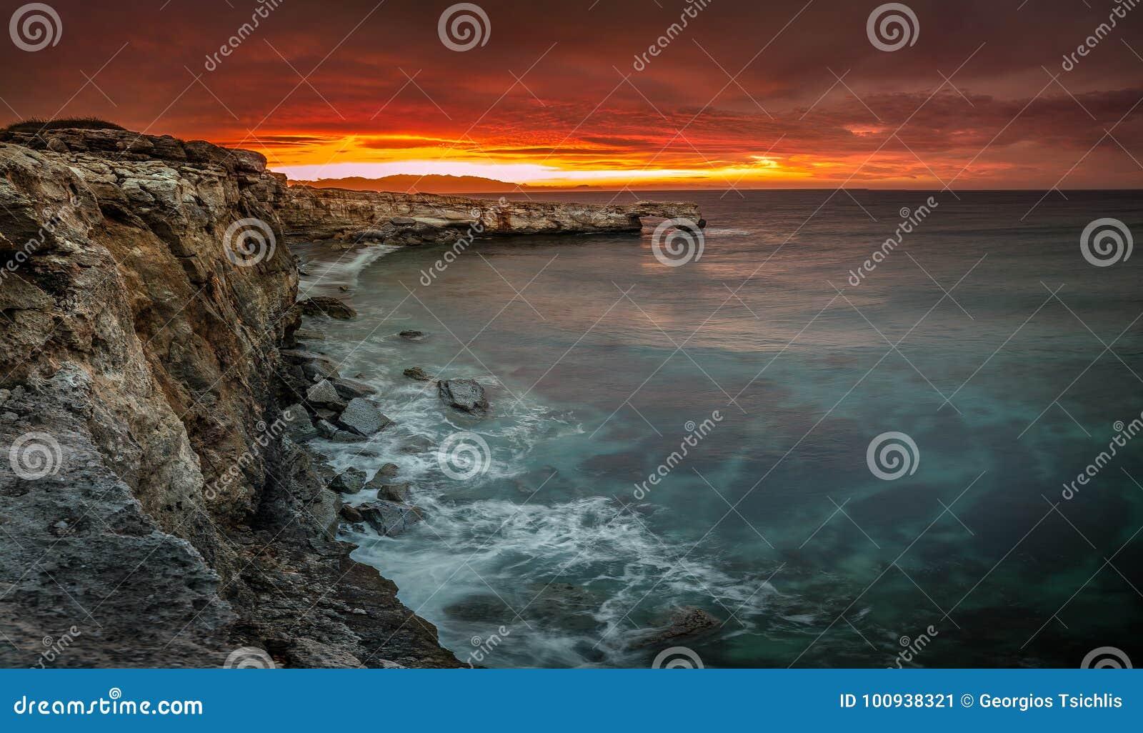 Piękny naturalny duży skała łuk przy zmierzchem blisko Rethimno, Crete