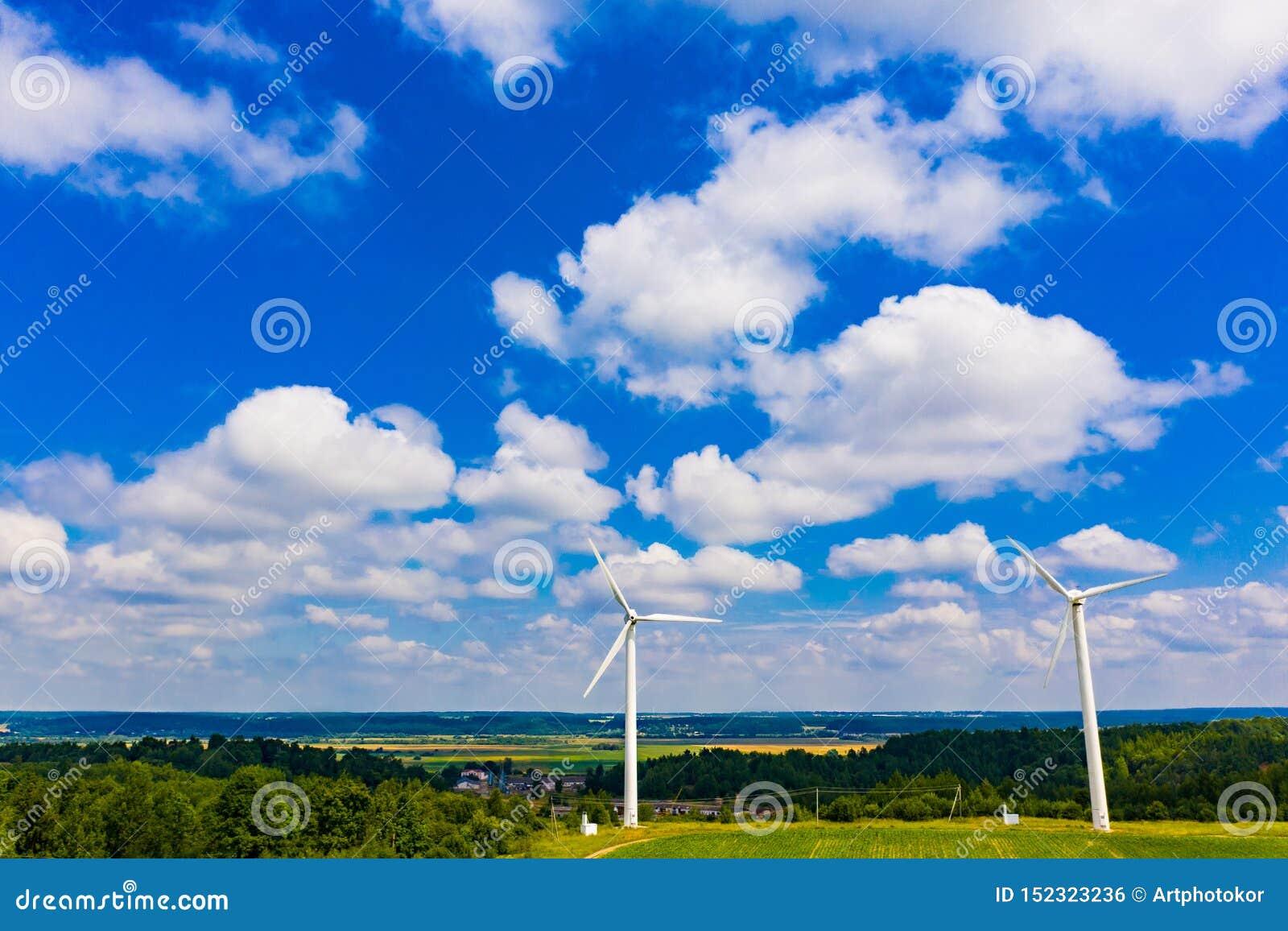 Piękny niebieskie niebo nad górkowaty teren w lecie ?ar?wki poj?cia energetycznego kwiatu zielonego ?wiat?a odnawialny drzewo Sil