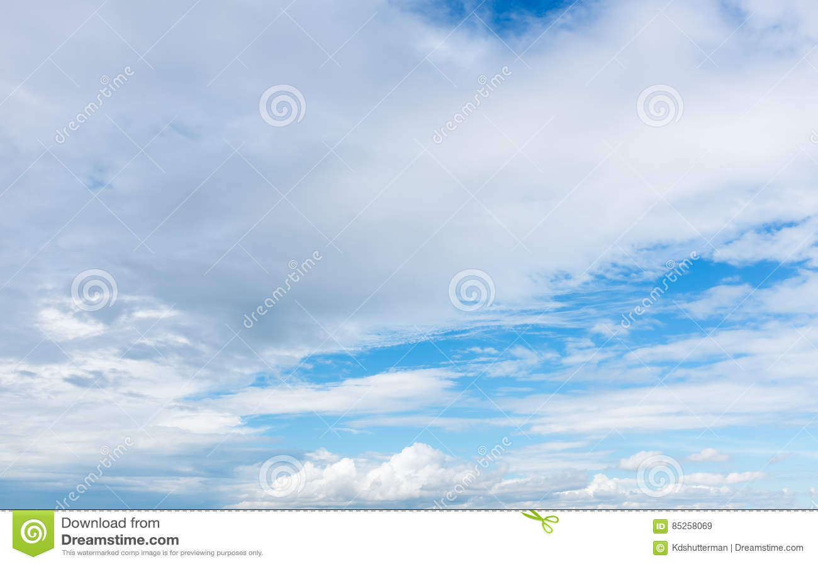 Piękny niebieskie niebo z chmurnym w kontekście niebieskie chmury odpowiadają trawy zielone niebo białe wispy natury _