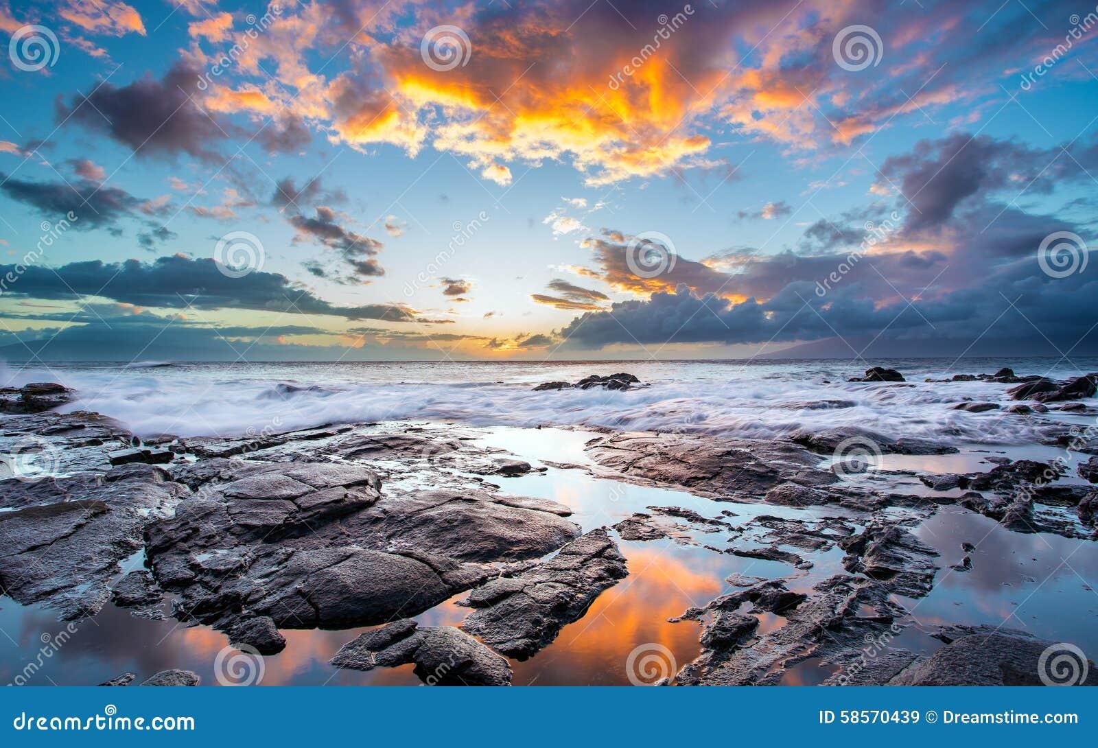 Piękny niebo i skalisty brzeg na wyspie Maui, Hawaje