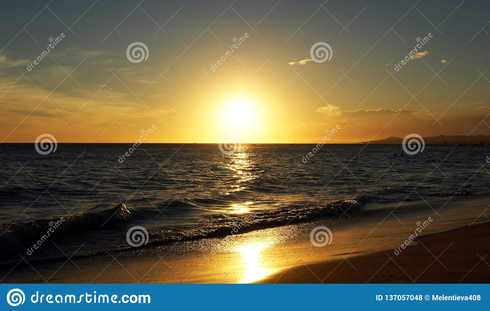 Piękny ocean nad zachodem słońca