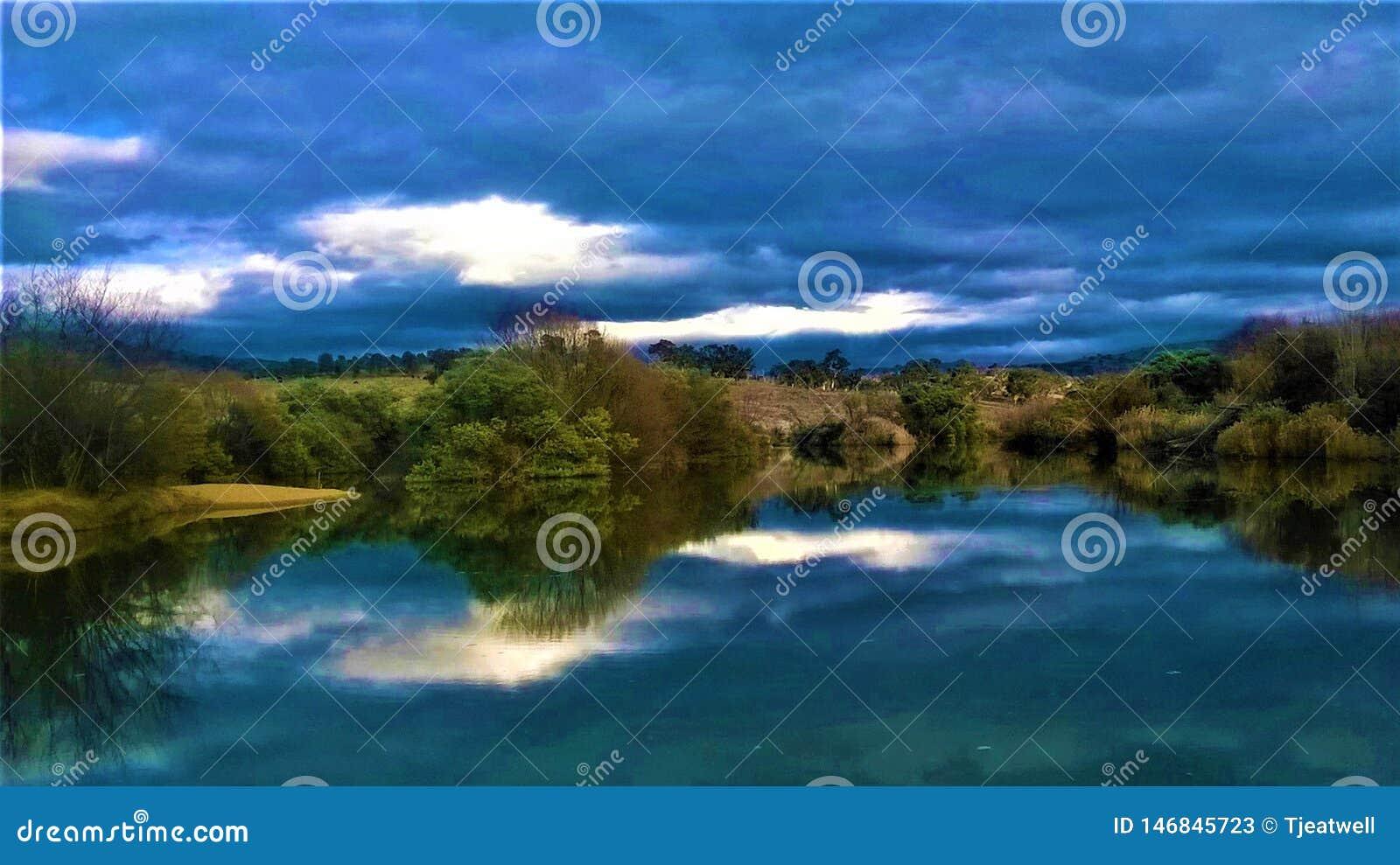 Piękny odbicie na jeziorze