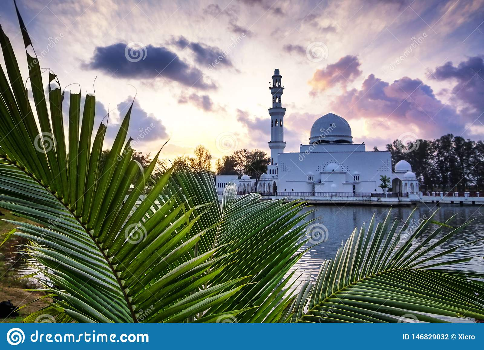 Piękny odbicie Tengku Tengah Zaharah meczet nad wschód słońca tłem,