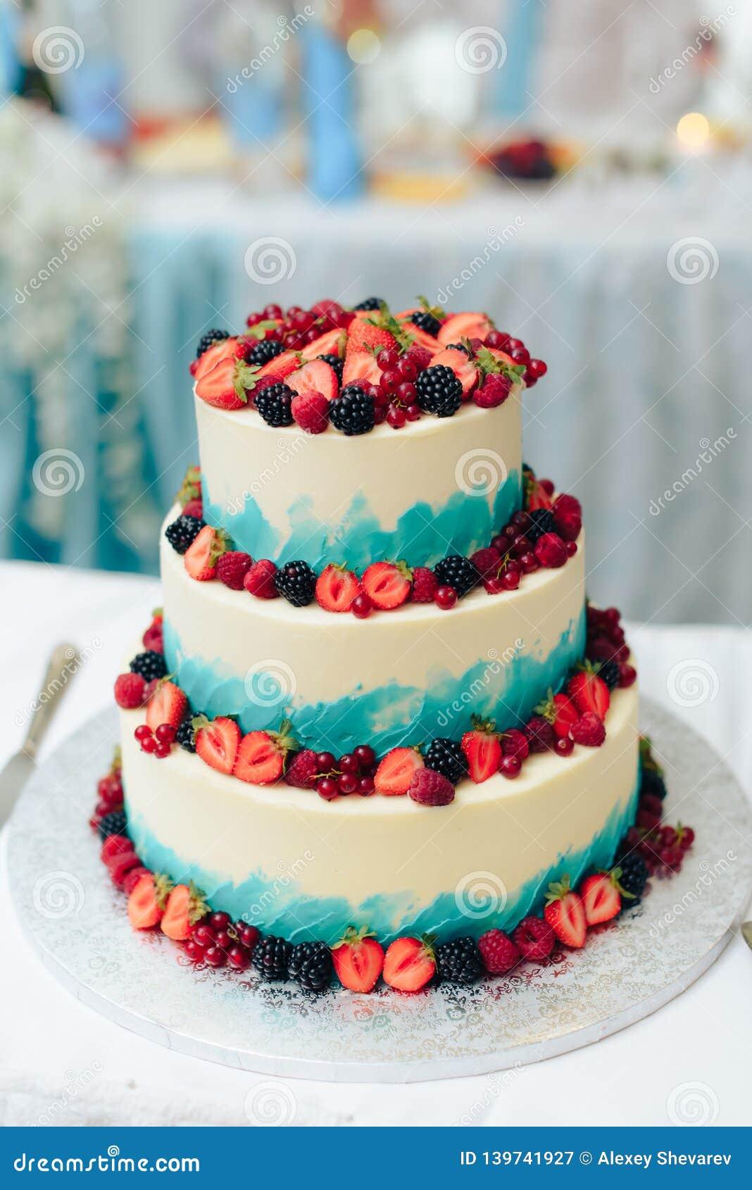 Piękny ogromny ślubny tort z kwiatami i owoc