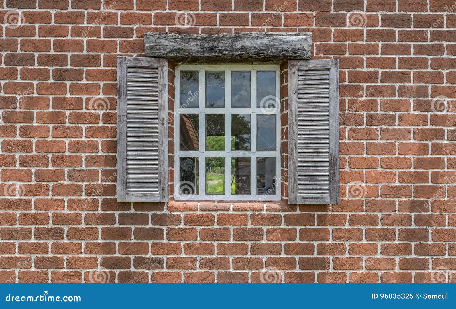 Piękny okno i ściana z cegieł z ścinek ścieżką