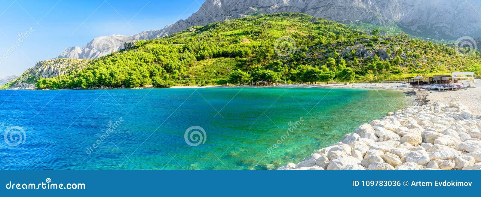 Piękny opróżnia plażę w Makarska, Chorwacja