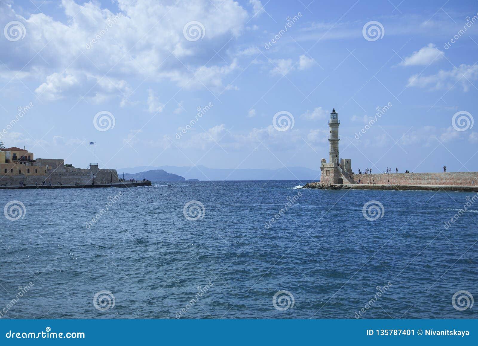 Piękny pejzaż miejski i latarnia morska Widok stary port Chania, Crete, Grecja
