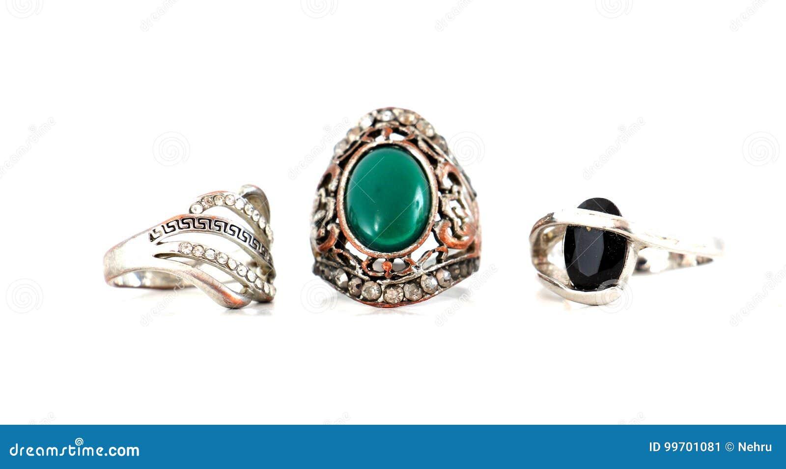Piękny pierścionek z klejnotem odizolowywającym na bielu