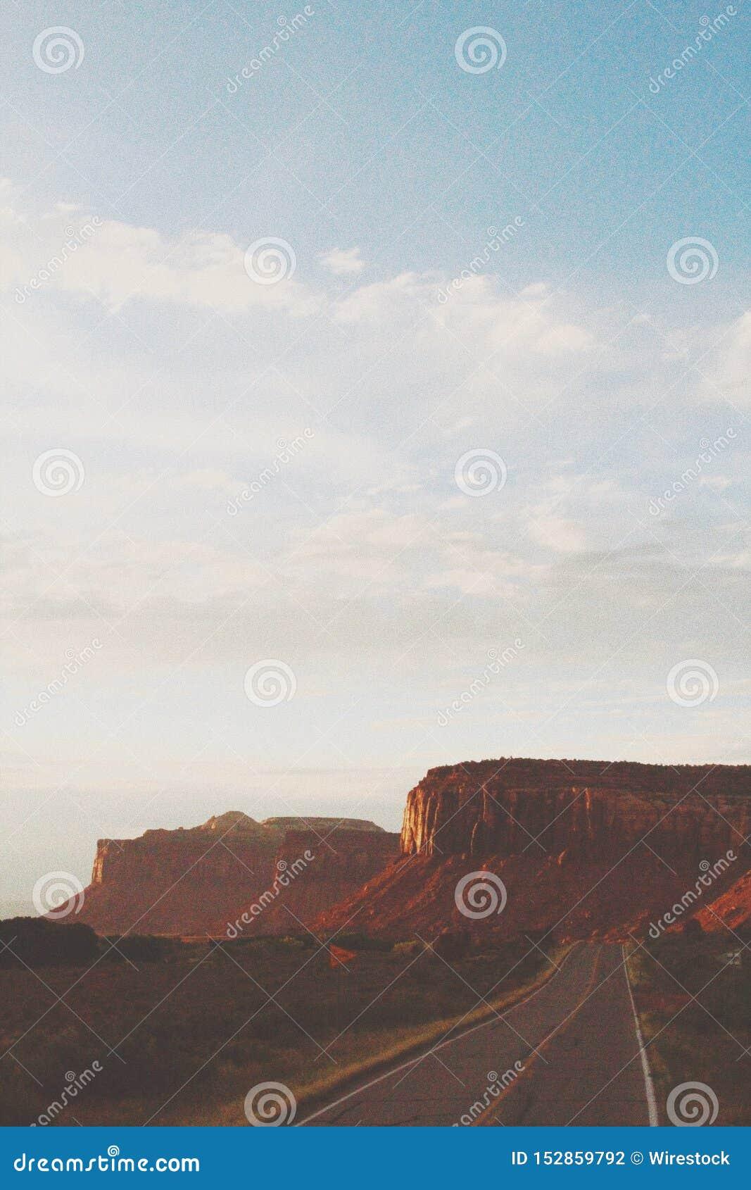 Piękny pionowo strzał wielki plateau w pustyni pod bielem chmurnieje w Canyonlands
