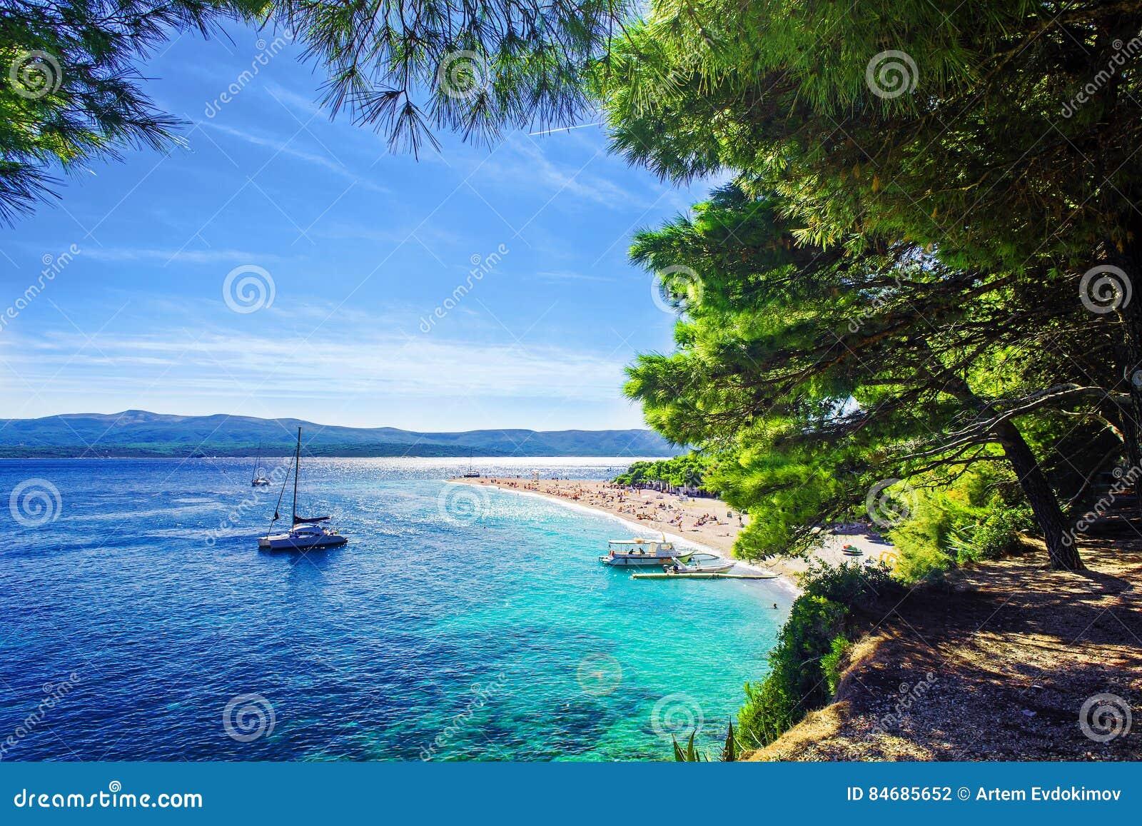 Piękny plażowy Zlatni szczur lub Złoty przylądek na wyspie Brac w Chorwacja