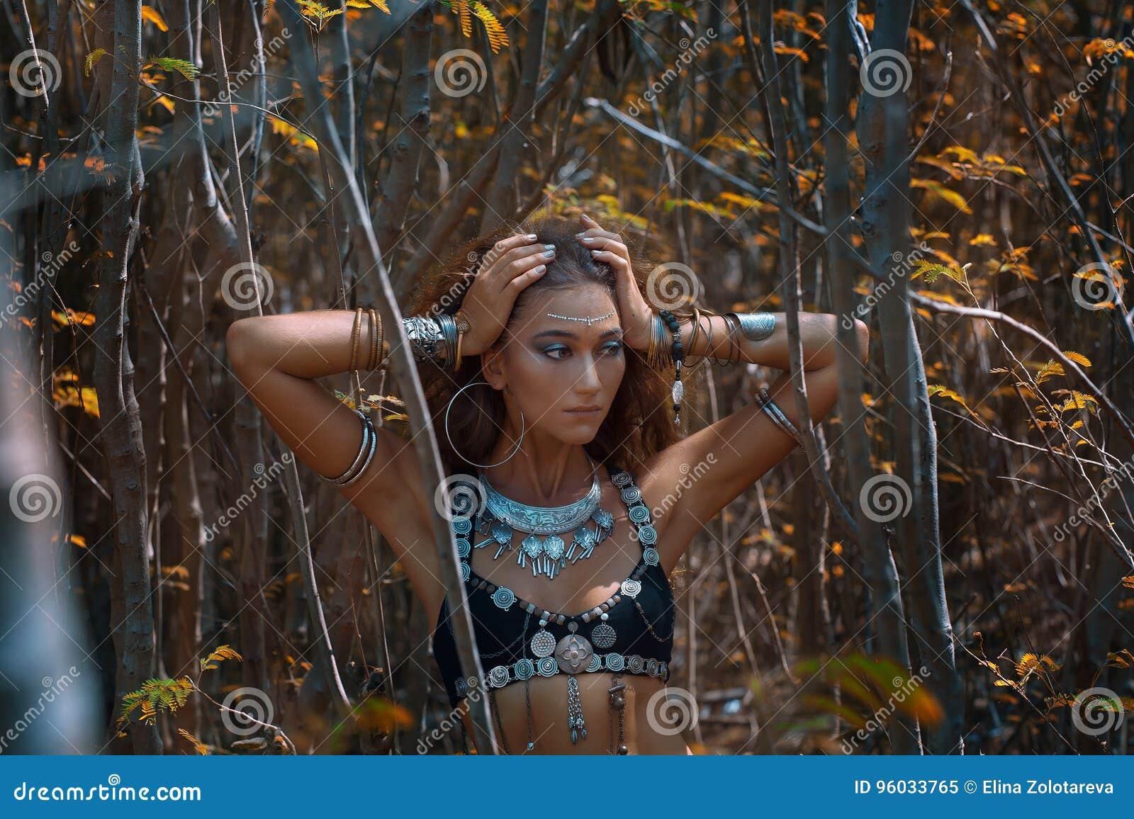 Piękny plemienny kobieta tancerza portret