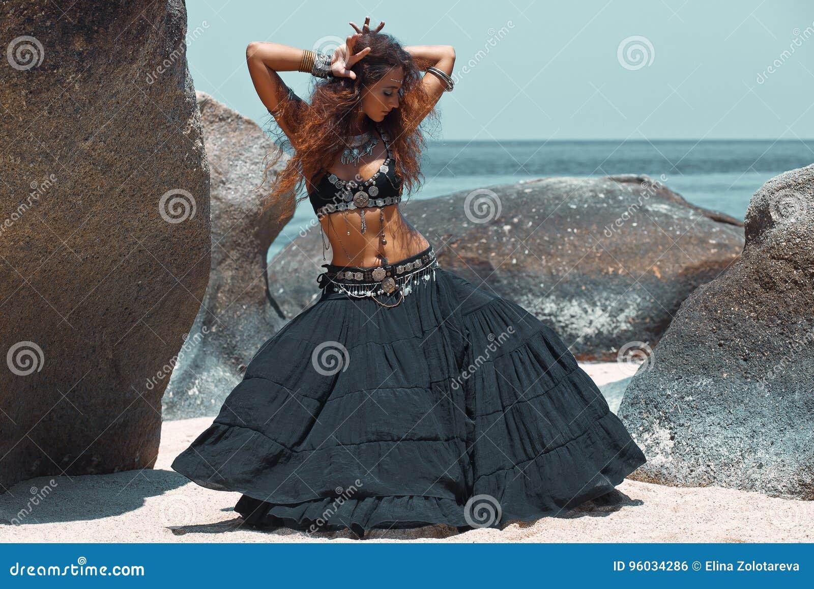 Piękny plemienny kobieta taniec na plaży